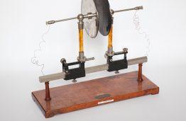 Prietaisas, naudotas Vytauto Didžiojo universiteto fizikos paskaitų praktiniams užsiėmimams, 1930–1940 m.
