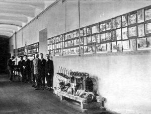 Lietuvos universiteto architektūros ir pritaikomosios mechanikos kolekcijos I rūmų koridoriuje, 1927 m.