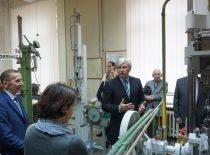 Doc. A. Jutas pasakoja apie bandymus Istorinėje prof. K. Vasiliausko medžiagų atsparumo laboratorijoje, 2015 m.