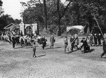 Lietuvos jaunimo delegacija Pabaltijo tautinės kultūros šventėje Taline, 1926 m. Delegaciją veda Liudas Gira.