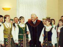"""KTU Garbės daktaras A. M. Brazauskas su tautinio meno kolektyvo """"Nemunas"""" nariais inauguracijos šventės metu, 2001 m."""