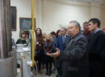 Inžinierius R. Jakubauskas demonstruoja bandymus, 2015 m.