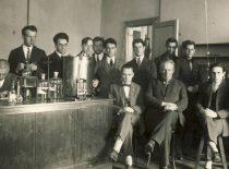 Organinės technologijos katedros vedėjas prof. Jonas Šimkus (sėdi centre) su laboratorijos darbuotojais (kairėje sėdi Jurgis Vidmantas), 1928 m.