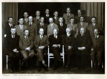 Matematikos-gamtos fakulteto mokslo personalas su Kauno universiteto rektoriumi prof. A. Purėnu ir prorektoriumi prof. P. Jodele prieš keliantis iš Kauno į Vilnių, 1940 m. rugpjūtis