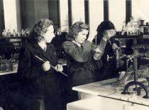 Vaclava Zelionkaitė su kolegėmis laboratorijoje, 1960 m.