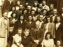 Prof. A. Purėnas su savo studentais prie Technologijos fakulteto Chemijos skyriaus rūmų (buvusios Lietuvos kariuomenės Tyrimų laboratorijos), 1947 m. gegužė (Originalas – prof. R. Baltrušio archyve)