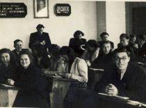 Studentai chemikai paskaitoje, 1950 m. Stovi: R. Baltrušis. (Originalas – prof. R. Baltrušio archyve)