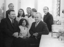 Prof. S. Kutkevičius ir prof. J. Degutis su organinės chemijos katedros darbuotojais, 1983 m.