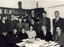 Prof. R. Baltrušio mokslo grupė: sėdi (iš kairės) lab. K. Stačionienė, dr. V. Amankavičienė, doc. A. Machtejeva, prof. R. Baltrušis, Z. Beresnevičius. Stovi: V. Mickevičius, lab. V. Raudeliūnas, lab. R. Gribauskaitė, lab. J. Bylinskaitė, inž. K. Rutkauskas, inž. R. Kublickas, aspirantas inž.V. Viliūnas, 1985 m.