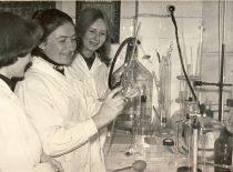 Cheminės technologijos fakulteto laboratorijoje, 1982 m.