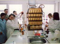 Studentai dirba fakulteto laboratorijoje, 2003 m.
