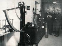 Prof. J. Šimkus su laborantais Organinės technologijos laboratorijoje, 1932 m.