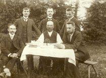 Mažosios Lietuvos lietuviai svečiuose pas Martyną Jankų (sėdi centre) Bitėnuose, 1906 m. (Originalas – KTU bibliotekoje)