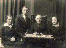 Prof. A. Dambrauskas-Jakštas su studentais, 1919 m. (Originalas – KTU bibliotekoje)