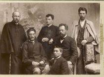 Mintaujos varpininkų grupė apie 1894 m. Iš kairės stovi: Jonas Jablonskis, kunigas Juozas Tumas-Vaižgantas, Vincas Kudirka, Motiejus Lozoraitis, Motiejus Čepas, Gabrielius Landsbergis. (Originalas – KTU bibliotekoje)