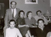 Damušių šeima Amerikoje: Adolfas, Indrė, Jadvyga, jos mama Uršulė Pšibilskienė, Saulius ir Vytenis, 1958 m. (Iš A. Damušio šeimos archyvo)