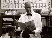 """A. Damušis su jo redaguota knyga """"BASF Wyandotte"""" chemijos bendrovėje Detroite, 1967 m. (Iš A. Damušio šeimos archyvo)"""