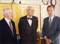 A. Damušis KTU Cheminės technologijos fakultete su dekanu prof. K. Sasnausku ir prodekanu prof. R. Šiaučiūnu, 1996 m. (Iš KTU Cheminės technologijos fakulteto metraščio)