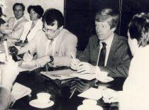 """A. Karoblis ir S. Šaltenis laikraščio """"Lietuvos aidas"""" atkūrimo posėdyje,1990 m. (Iš A. Karoblio archyvo)."""