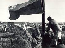 A. Patackas kelia tautinę vėliavą Kaune virš Karo muziejaus bokšto 1988 m. spalio 9 d. (Iš A. Patacko archyvo)