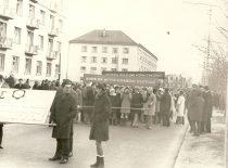 Sovietų okupacijos metais studentai ir dėstytojai privalėjo dalyvauti sovietinėse demonstracijose. Nuotraukoje: fakulteto studentai sovietinėje demonstracijoje, 1969 m.