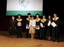 Diplomų įteikimo šventė, 2008 m. Dekanė prof. G. Startienė ir Seimo narė B. Vėsaitė su studentais.