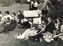 """Ekonomistų šventės """"sirgaliai"""",1973 m."""