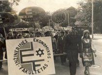 Inžinerinės ekonomikos fakulteto studentai KPI 9-ojo festivalio eisenoje, 1975 m.