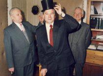 Buvę dekanai prof. B. Martinkus ir doc. A. Makarevičius sveikina naują dekaną doc. B. Neverauską, 1992 m.