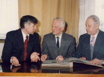 Dekanas doc. B.Neverauskas su buvusiais dekanais doc. A. Makarevičiumi ir prof. B. Martinkumi, 1992 m.
