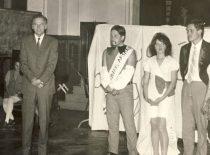 """""""Fuksų krikštynos"""" Inžinerinės ekonomikos fakultete, 1973 m. Nuotraukoje pirmas iš kairės – ilgametis fakulteto dekanas prof. Algirdas Makarevičius."""