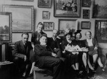 Svečiuose pas A. Žmuidzinavičių, 1937 m. Iš kairės: J. Nemeikša, A. Žmuidzinavičius, V. Čarneckis, M. Nemeikšaitė, M. Žmuidzinavičienė.