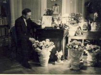 Namuose tarp gėlių
