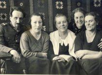 Su seserimis Marytės Nemeikšaitės vaikų darželyje
