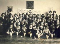 Sesuo Marytė Nemeikšaitė (centre) su auklėtiniais vaikų darželyje