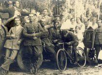 J. Nemeikša su tarnybos draugais ir dainininku Kipru Petrausku, 1925 m.
