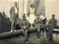 Su gydytoju Kazimieru Nasvyčiu ir karininkais