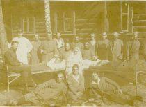 Gydytojas J. Nemeikša su sergančiais Lietuvos kariuomenės kariais Alytuje 1921 m.