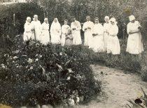 Ligoninės kieme su personalu