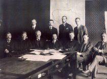 Ketvirtasis ministrų kabinetas, 1919 m. Iš kairės, sėdi: J. Zubrickas, J. Paknys, M. Sleževičius, A. Merkys, S. Kairys, J. Vileišis. Stovi, iš kairės: A. Stulginskis, J. Šernas, V. Čarneckis, Ministrų kabineto reikalų vedėjas T. Petkevičius. (Originalas – Vytauto Didžiojo karo muziejuje)