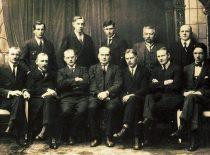 Steigiamojo Seimo Socialdemokratų frakcija, 1921 m. I eilėje (iš kairės): S.Digrys, V.Čepinskis, K.Bielinis, K.Venclauskis, S.Kairys, V.Požėla ir E.Šukevičius. II eilėje (iš kairės): J.Daukšys, P.Šemiotas, J.Pakalka, A.Povylius ir B.Cirtautas (Originalas – KTU muziejuje)