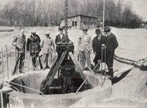 Kauno vandentiekio ir kanalizacijos projekto autorius S. Kairys ir Kauno burmistras Jonas Vileišis apžiūri kanalizacijos ir vandentiekio statybos darbus Laisvės alėjoje, 1928 m.