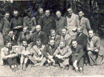 Vytauto Didžiojo universiteto studentai su prof. S. Kairiu ir prof. S. Kolupaila, 1943 m. (Originalas – B. Petrulio šeimos archyve)