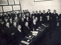 Technikos fakulteto dėstytojai ir studentai diplominių darbų gynime 1939 m. I eilėje (iš kairės): prof. S. Kolupaila, prof. K. Vasiliauskas, prof. P. Jodelė, prof. J. Šimoliūnas, doc. T. Šulcas, prof. S. Grinkevičius. II eilėje (iš kairės): doc. J. Jankevičius, doc. S. Kairys, doc. V. Gorodeckis, doc. J. Graurogkas, vyr. asist. V. Verbickas (Originalas – KTU muziejuje)
