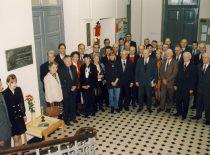 Prof. K. Vasiliausko 125-ųjų gimimo metinių minėjimo dalyviai prie prof. K. Vasiliausko vardo laboratorijos KTU II rūmuose, 2004 m.