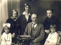Prof. K. Vasiliausko šeima, 1926 m. Iš kairės: dukterys Marija ir Danutė, žmona Marija Giedraitytė, prof. K. Vasiliauskas, sūnūs Medardas ir Gediminas