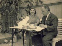 Prof. K. Vasiliauskas su žmona Marija savo namų Fredoje kieme, XX a. 4 dešimtmetis.