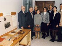 Prof. A. Žiliukas ir prof. K. Vasiliausko artimieji Kauno technologijos universiteto K. Vasiliausko medžiagų atsparumo laboratorijoje, 2004 m.
