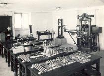 Asistentas J. Indriūnas Medžiagų atsparumo laboratorijoje Aleksote, 1936 m.