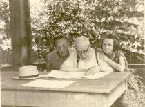 Su vaikaičiais Vytautu ir Irta altanėlėje, 1957 m.